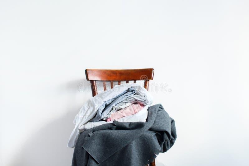 Sedia d'annata con la parete di bianco del plaid della copertura del cuscino fotografie stock