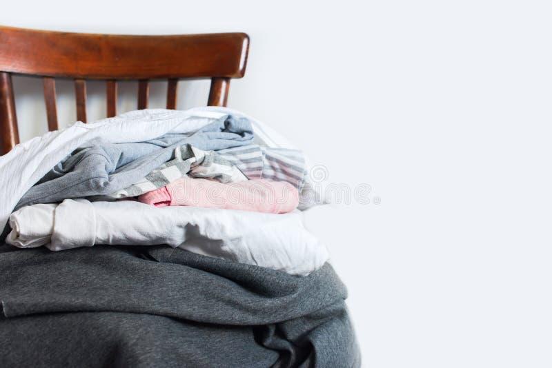 Sedia d'annata con la parete di bianco del plaid della copertura del cuscino immagine stock libera da diritti