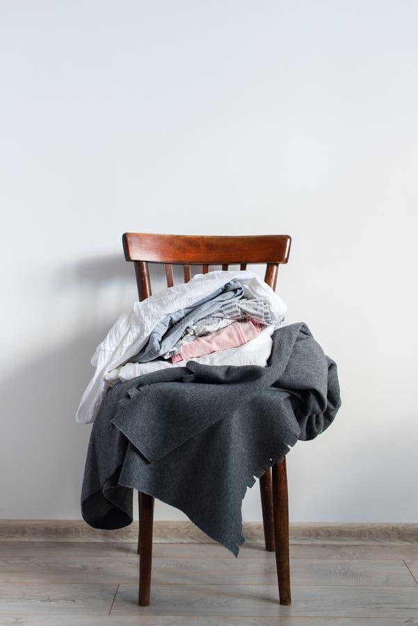 Sedia d'annata con la parete di bianco del plaid della copertura del cuscino immagini stock