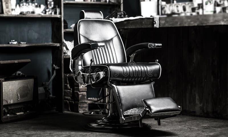Sedia del negozio di barbiere Barber Chair d'annata alla moda Poltrona del parrucchiere, parrucchiere moderno e salone di capelli fotografie stock