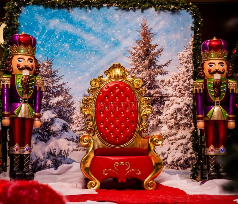 Sedia del ` s di Santa con due soldatini fotografie stock