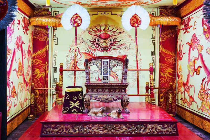 Sedia del trono di re in tomba di Ming Mang in Hue Vietnam fotografia stock libera da diritti
