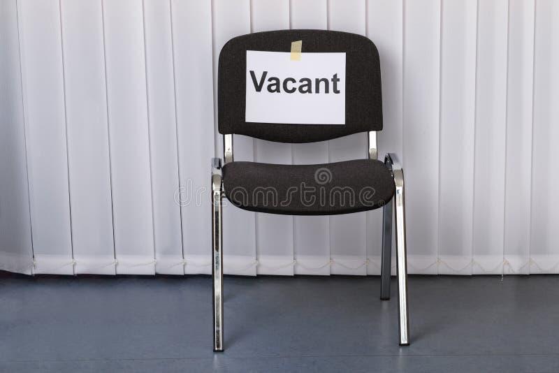 Sedia dell'ufficio con un segno libero immagine stock