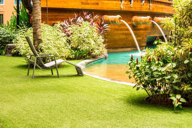 Download Sedia della piscina fotografia stock. Immagine di giardinaggio - 55361914