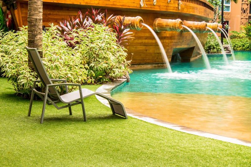 Download Sedia della piscina immagine stock. Immagine di convenzionale - 55361923