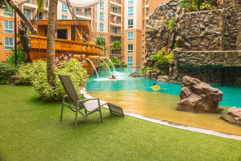 Download Sedia della piscina immagine stock. Immagine di people - 55362125