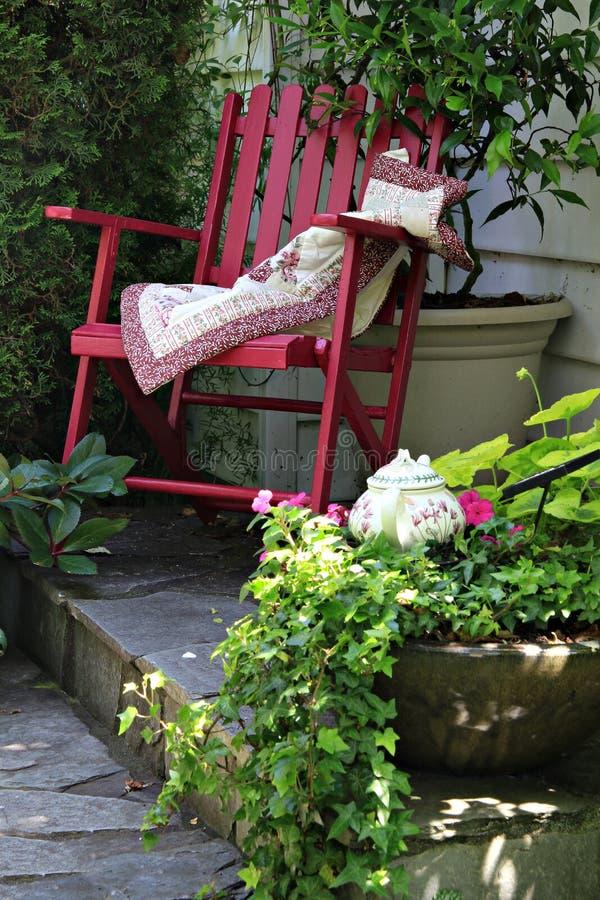 Sedia di giardino del cottage fotografia stock libera da diritti