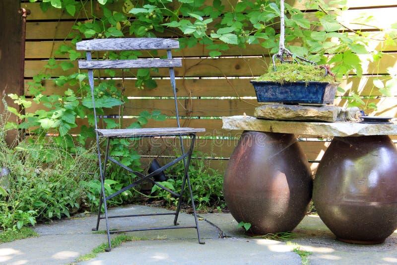 Sedia di giardino di legno immagini stock