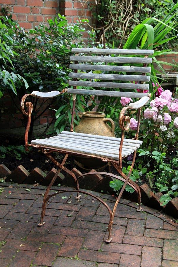 Sedia di giardino rustica immagine stock