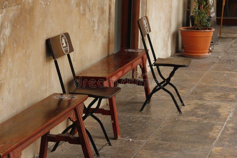 Sedia di legno con lo schienale e nessuno schienale immagine stock libera da diritti