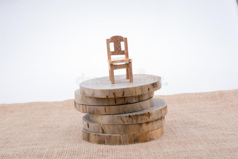 Sedia di legno del giocattolo di colore di Brown sui ceppi di legno immagine stock libera da diritti