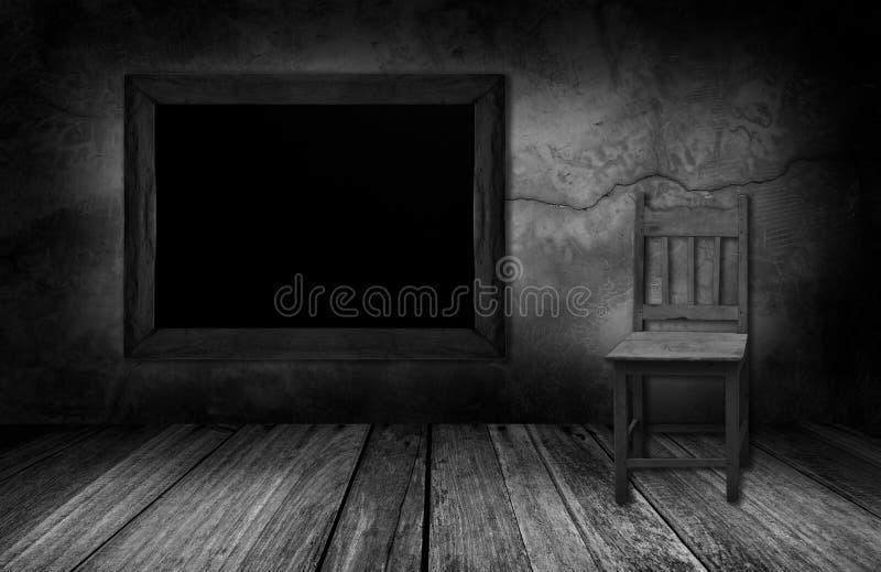 Sedia di legno e della lavagna nella stanza interna con la parete di pietra grigia immagine - Parete interna in legno ...