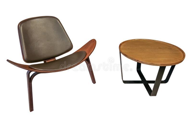 Sedia di lusso isolata di stile insieme alla tavola laterale rotonda di legno su fondo bianco con il percorso di ritaglio fotografia stock