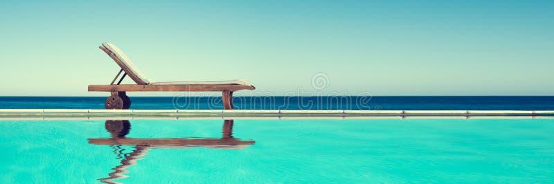 Sedia di rinforzo vicino a una piscina, sfondo panoramico fotografia stock libera da diritti