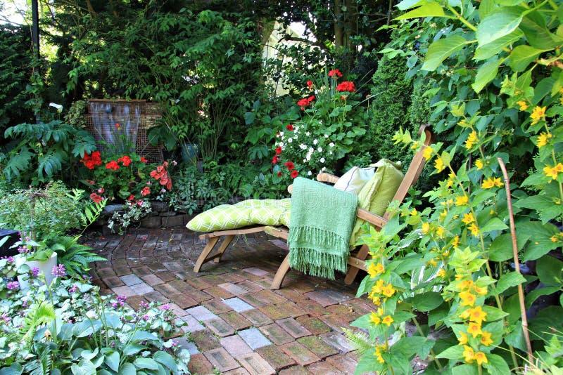 Sedia di salotto del giardino fotografia stock libera da diritti