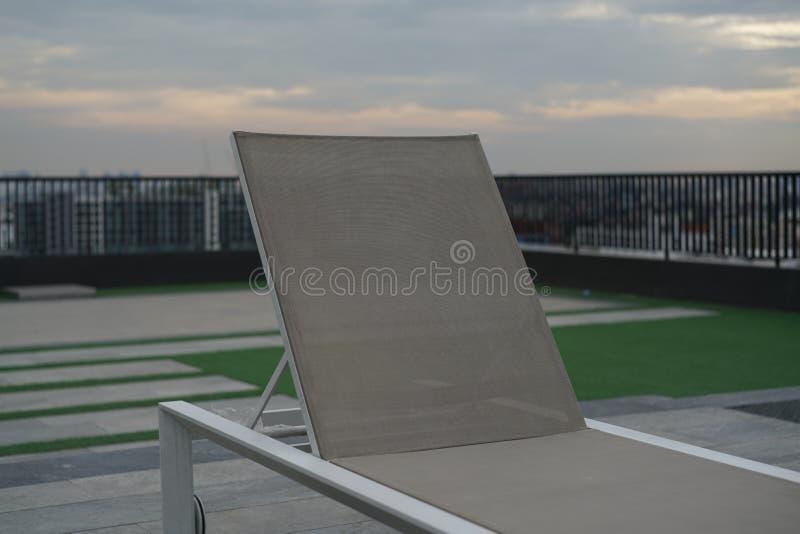 Sedia di salotto sul tetto immagine stock