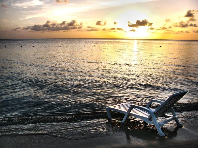 sedia di spiaggia bianca fotografie stock libere da diritti