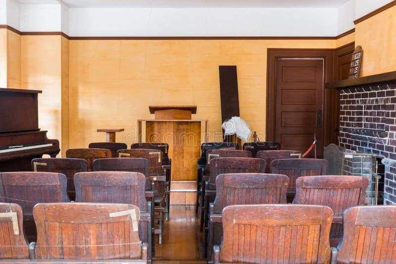 Sedia di testimone vuota dentro un'aula di tribunale americana classica fotografie stock