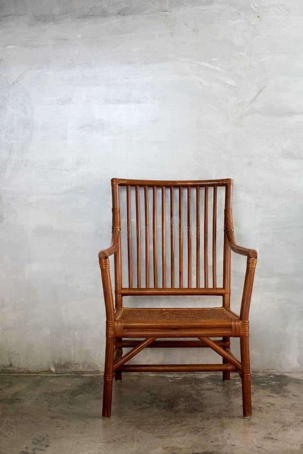 Sedia di Wattled nello stile coloniale, nella stanza del cemento fotografia stock libera da diritti