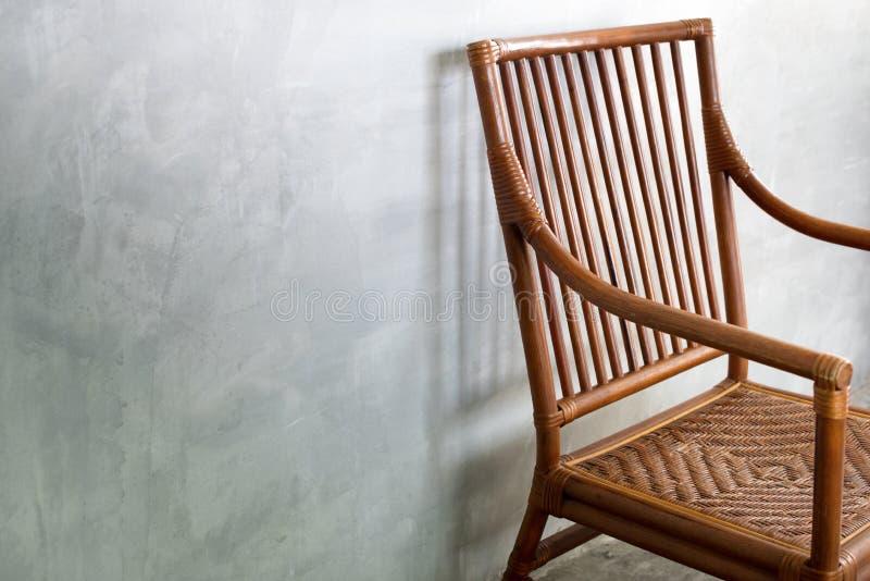 Sedia di Wattled nello stile coloniale, nella stanza del cemento immagini stock