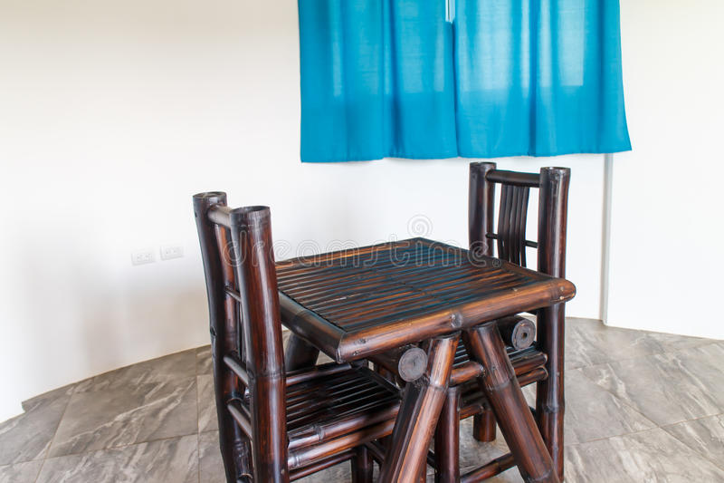 Sedia e tavola all'interno di legno immagine stock
