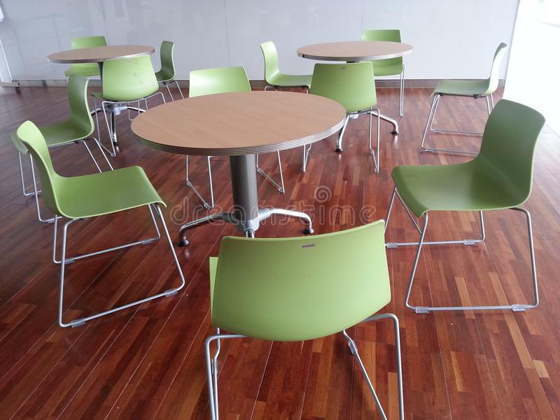 Sedia e tavole nell'interno sul pavimento di legno fotografie stock
