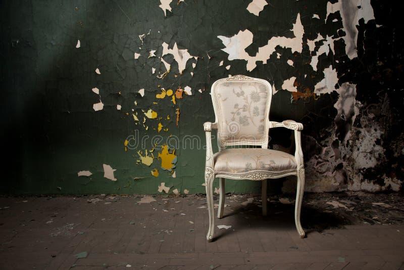 Sedia elegante nell'ambiente di lerciume immagine stock