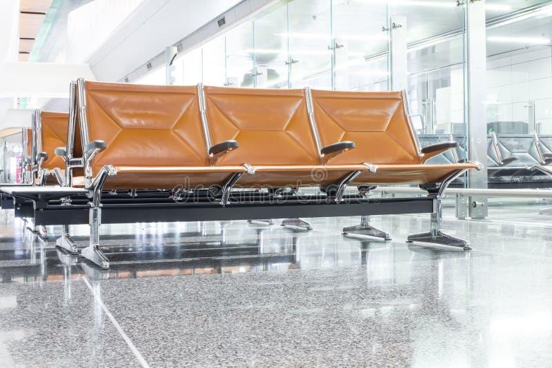 Sedia nell'ingresso dell'aeroporto immagine stock