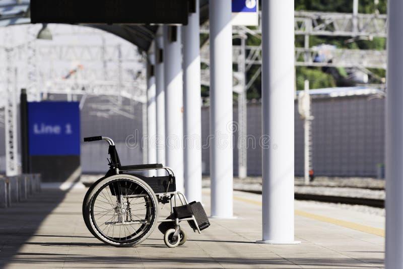 Sedia a rotelle alla stazione ferroviaria fotografia stock libera da diritti