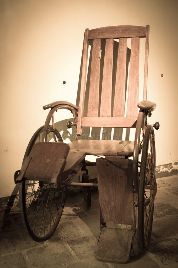 Sedia a rotelle antica immagine stock immagine di for Sedia a rotelle kuschall