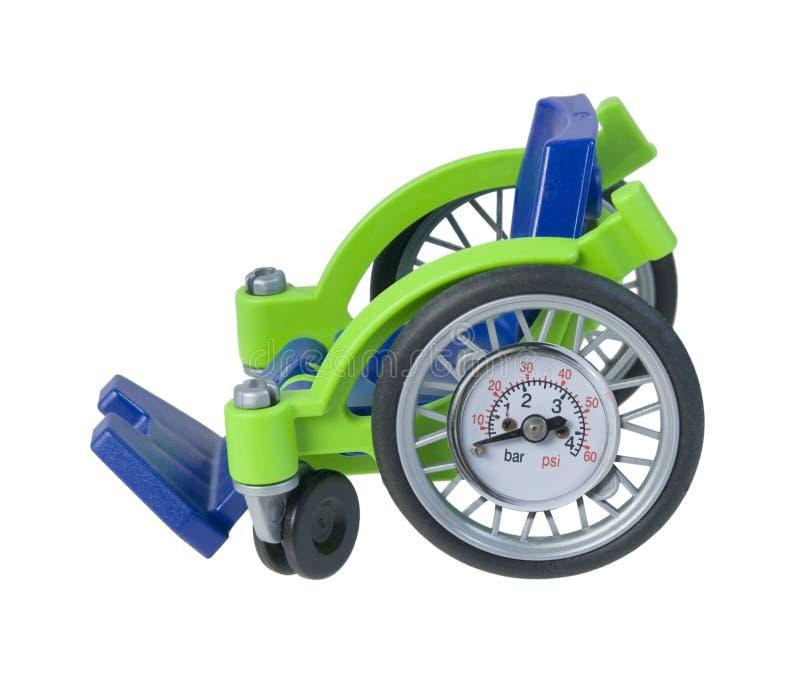 Sedia a rotelle con il calibro di pressione d'aria immagine stock libera da diritti