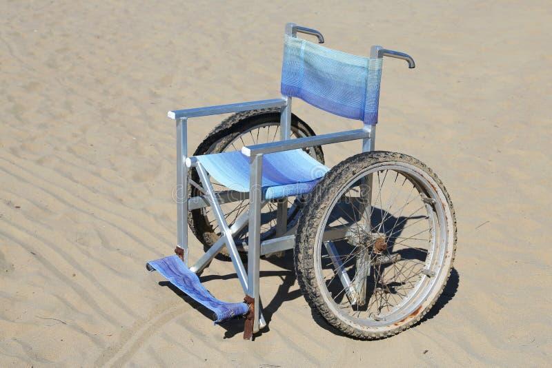 Sedia A Rotelle Isolata Fatta Di Alluminio Sulla Sabbia ...