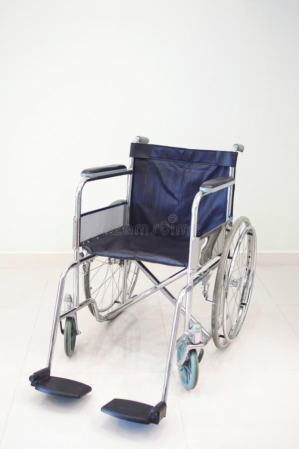 Sedia a rotelle isolata su fondo bianco fotografia stock libera da diritti