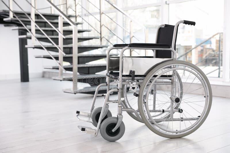 Sedia a rotelle moderna nella stanza vuota Attrezzatura medica immagini stock libere da diritti