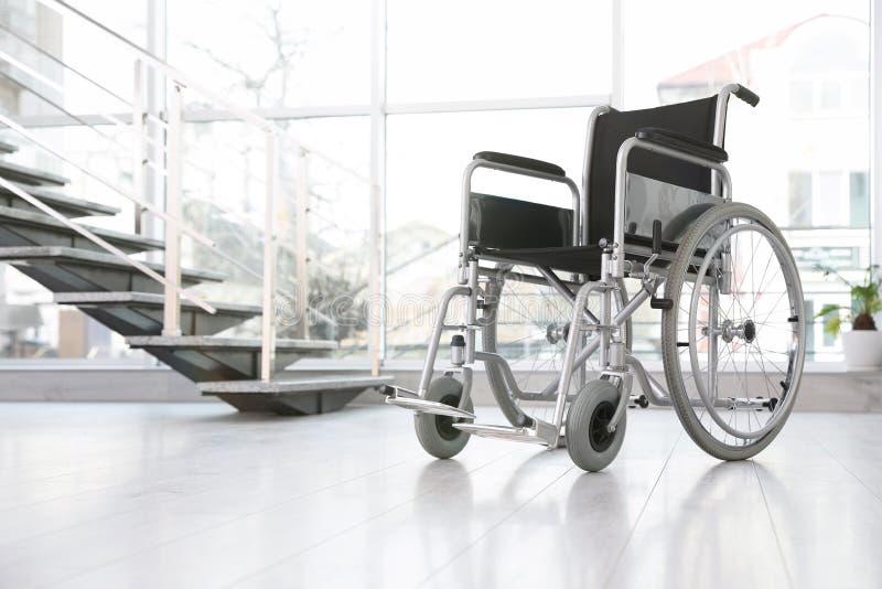 Sedia a rotelle moderna nella stanza vuota Attrezzatura medica fotografia stock libera da diritti