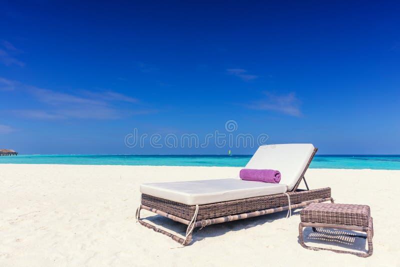 Sedia A Sdraio Sul Beacha Tropicale Sabbioso Una Piccola Località Di ...
