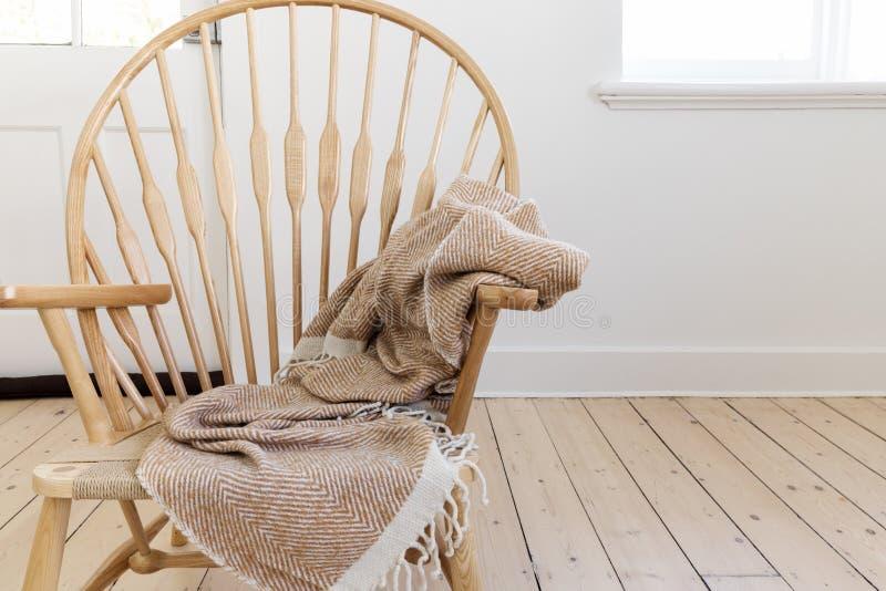Sedia stile country di legno con la coperta e lo spazio strutturati del tiro fotografie stock