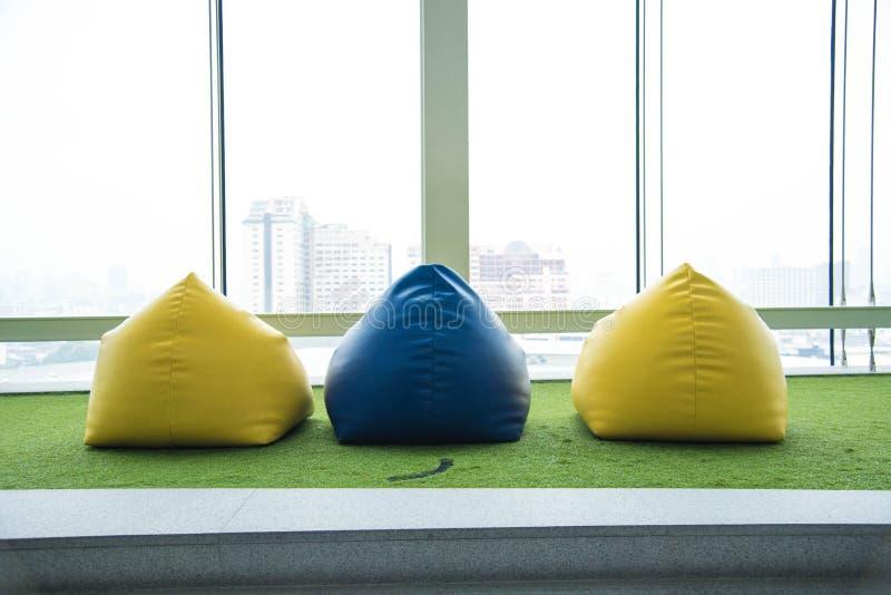 Sedia variopinta del beanbag per il picnic fotografia stock