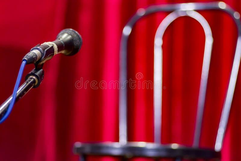 Download Sedia Vuota Con Il Microfono Prima Della Manifestazione Fotografia Stock - Immagine di presidenza, luminoso: 117979392