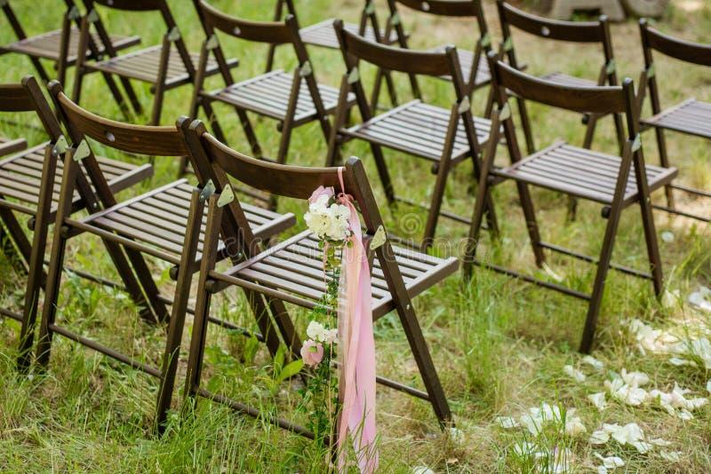Sedie all'aperto meravigliosamente decorate per il ricevimento nuziale fotografia stock