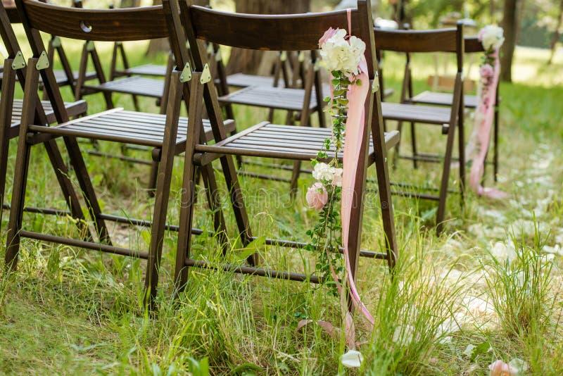 Sedie all'aperto meravigliosamente decorate per il ricevimento nuziale fotografia stock libera da diritti