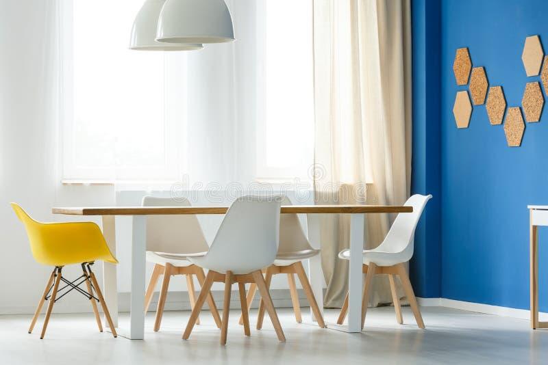 Sedie bianche e gialle scandinave fotografia stock libera da diritti