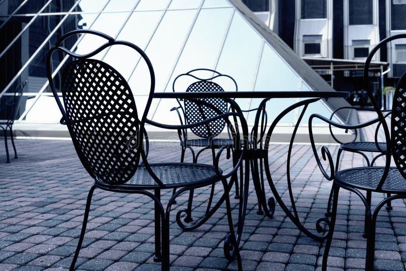 Sedie del ferro in un caffè di estate immagini stock libere da diritti