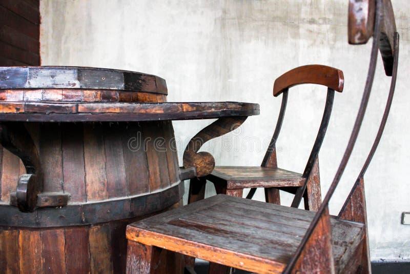 Sedie della Tabella fatte dai tini di fermentazione del vino fotografia stock
