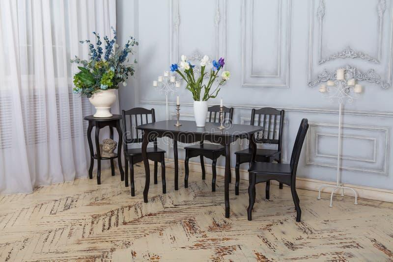 Sedie della Tabella nell'interno Sala da pranzo classica fotografia stock libera da diritti