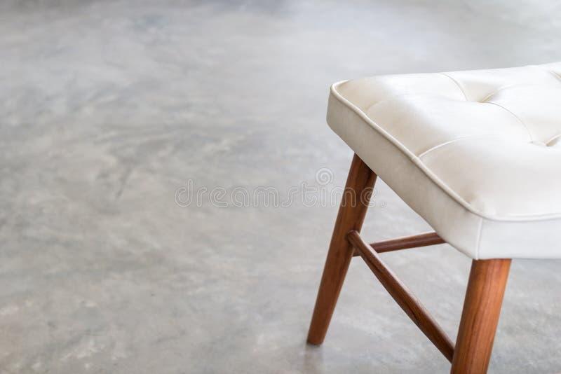 Sedie Di Cuoio Bianche E Gambe Di Legno Della Sedia Con Il Pavimento ...