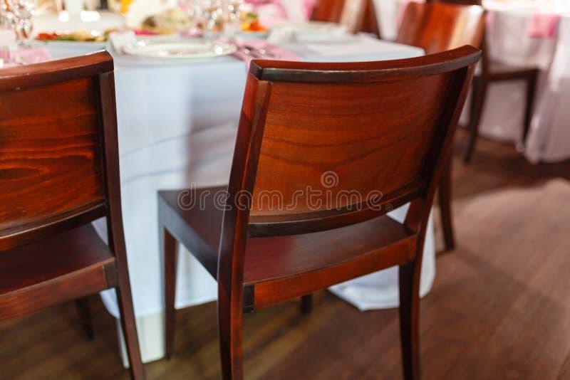 Sedie di legno di retro stile d'annata vuoto per gli eventi e le nozze Sedia di legno di Brown ad una festa o alle nozze accanto  immagini stock