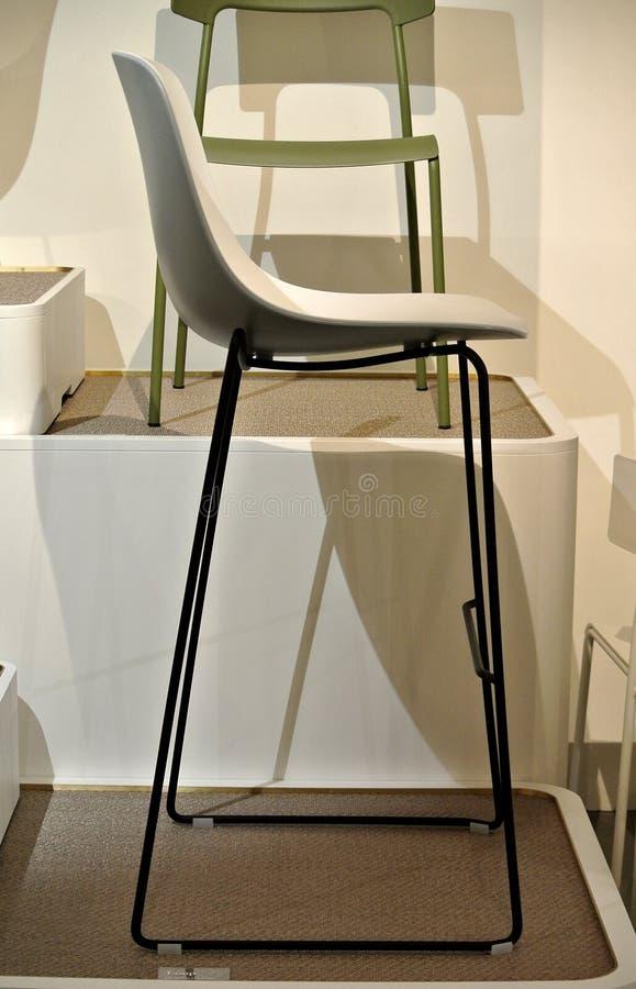Sedie Di Plastica Bianche E Colorate Fotografia Stock - Immagine di ...