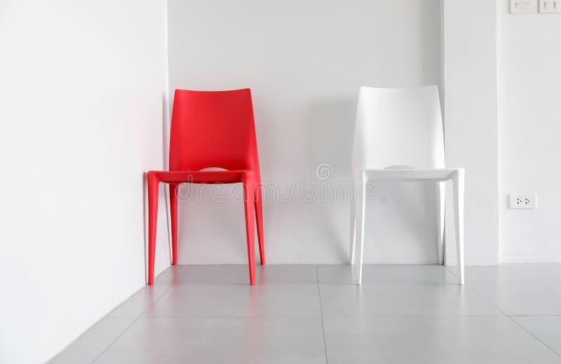 Sedie di plastica rosse e bianche fotografia stock for Sedie bianche