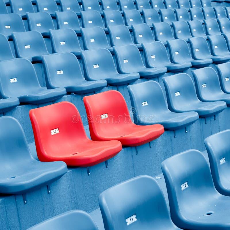 Sedie di plastica vuote fotografia stock libera da diritti
